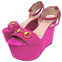GUCCI 麂皮經典馬銜高跟楔型涼鞋-桃紅色(36.5號)