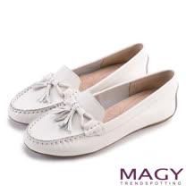 MAGY 俏皮舒適休閒 真皮蝴蝶結流蘇點綴平底鞋-白色