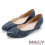 MAGY 低調奢華的美感 細緻蕾絲牛皮楔型低跟鞋-藍色