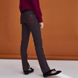 ICHE衣哲 後口袋刺繡設計合身百搭直筒鉛筆單寧牛仔造型長褲-咖