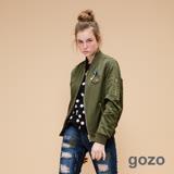 gozo嗡嗡嗡個性金屬拉鍊飛行夾克(軍綠)