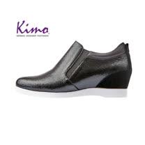 【Kimo 德國手工氣墊鞋】氣質珠光設計舒適牛皮楔型內增高休閒鞋(暗夜黑D5117WF014023)