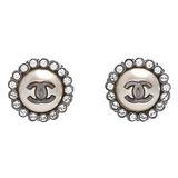 CHANEL 香奈兒經典雙C LOGO水鑽圍繞鑲嵌圓形針式耳環(銀)