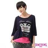 SOMETHING 香水印花寬版T恤-女-黑藍
