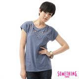 SOMETHING 蕾絲花紋繡花短袖T恤-女-灰藍