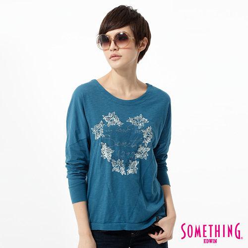 SOMETHING 休閒玫瑰繡花T恤-女-藍色