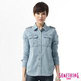 SOMETHING 軍風圖騰牛仔襯衫-女-石洗藍