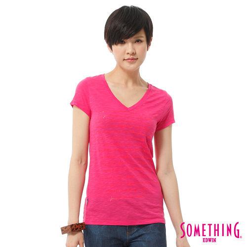 SOMETHING 大版英文膠印V領T恤-女-玫瑰紅