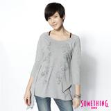 SOMETHING 花卉不對稱下襬薄長T恤-女-麻灰色