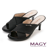 MAGY 時尚穿搭必備款 寬版布料交叉高跟涼拖鞋-黑色