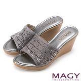 MAGY 優雅氣息無限蔓延 精緻貼鑽楔型涼拖鞋-灰色