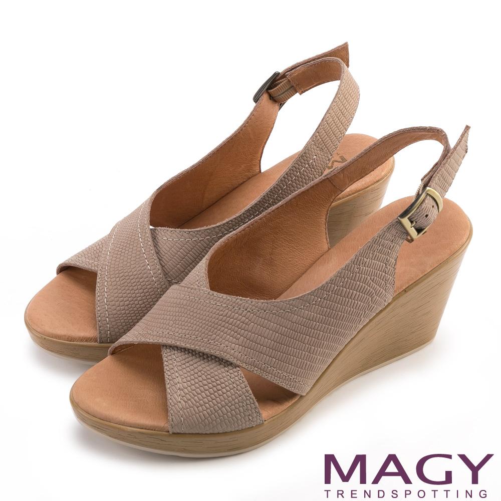 MAGY 夏日時尚 造型交叉牛皮舒適楔型涼鞋-可可