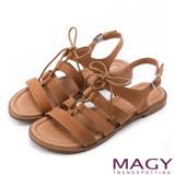 MAGY 異國渡假風 鏤空綁帶真皮平底羅馬涼鞋-棕色