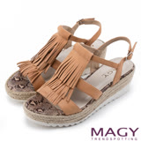 MAGY 復古風潮時尚 流蘇編織牛皮厚底涼鞋-棕色