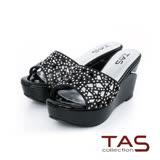 TAS 幾何鏤空水鑽厚底楔型涼拖鞋-氣質黑