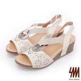 SM-羅馬系列-V字領金屬飾環雷雕楔型涼鞋-米色