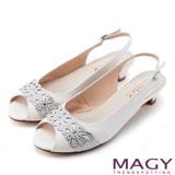 MAGY 優雅名媛 蔥布簍空燙鑽牛皮魚口低跟鞋-白色