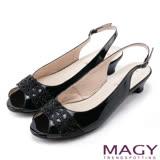 MAGY 優雅名媛 蔥布簍空燙鑽牛皮魚口低跟鞋-黑色