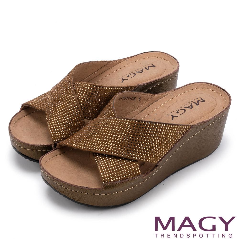 MAGY 休閒穿搭必備款 寬版真皮交叉燙鑽厚底拖鞋-古銅