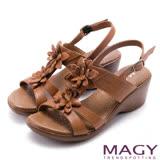 MAGY 休閒時尚 真皮皮革花朵造型坡跟涼鞋-棕色