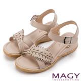 MAGY 休閒時尚 皮革葉片造型坡跟涼鞋-米色