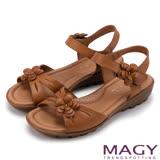 MAGY 休閒時尚 皮革花朵造型楔型涼鞋-棕色