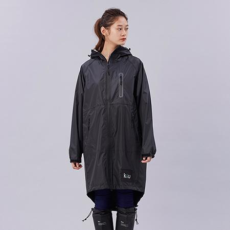 【日本KIU空氣感雨衣】時尚防水風衣附收納袋  黑色