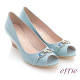 【effie】俐落職場 全真皮亮面c型飾釦露趾楔型鞋(淺綠)