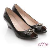 【effie】俐落職場 全真皮亮面c型飾釦露趾楔型鞋(黑)