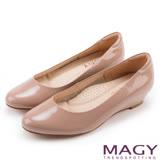 MAGY 氣質OL 嚴選親膚牛皮尖頭楔型低跟鞋-粉色