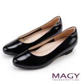 MAGY 氣質OL 嚴選親膚牛皮尖頭楔型低跟鞋-黑色