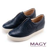 MAGY 舒適樂活 牛皮雕花內增高休閒鞋-深藍