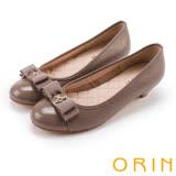 ORIN 優雅甜美系 蝴蝶結飾釦嚴選壓紋牛皮低跟鞋-可可