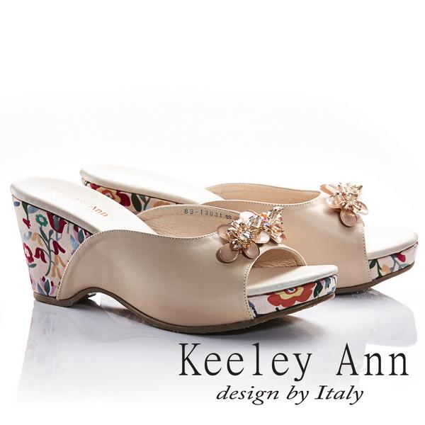 Keeley Ann年代風華~立體水鑽飾釦甜美花朵滾邊全真皮楔形拖鞋(米色831303130)