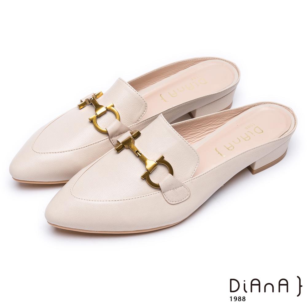 DIANA時尚潮流 –質感羊皮搭配金屬飾釦尖頭穆勒鞋-米