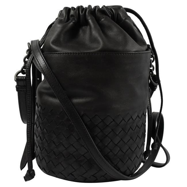 BOTTEGA VENETA  經典手工編織小牛皮斜背束口水桶包. 黑