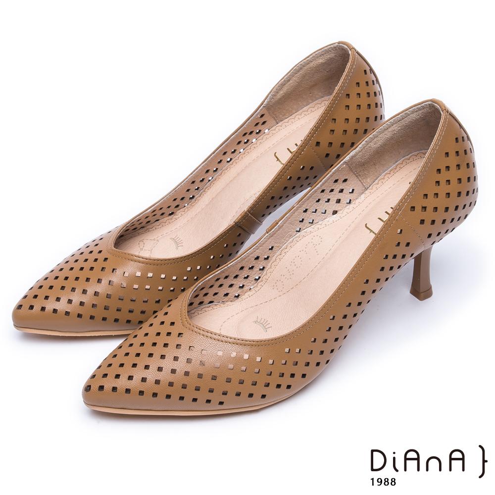 DIANA漫步雲端焦糖美人款--尖頭洞洞舒適透氣真皮跟鞋-棕