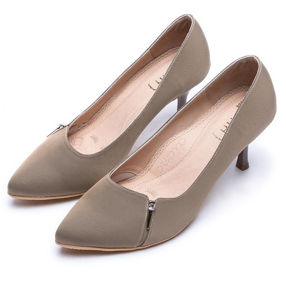 DIANA 漫步雲端焦糖美人款--水鑽金屬釦防潑水尖頭跟鞋 –卡其