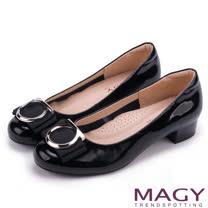 MAGY OL通勤專屬 特殊造型圓釦+織帶蝴蝶結低跟鞋-黑色