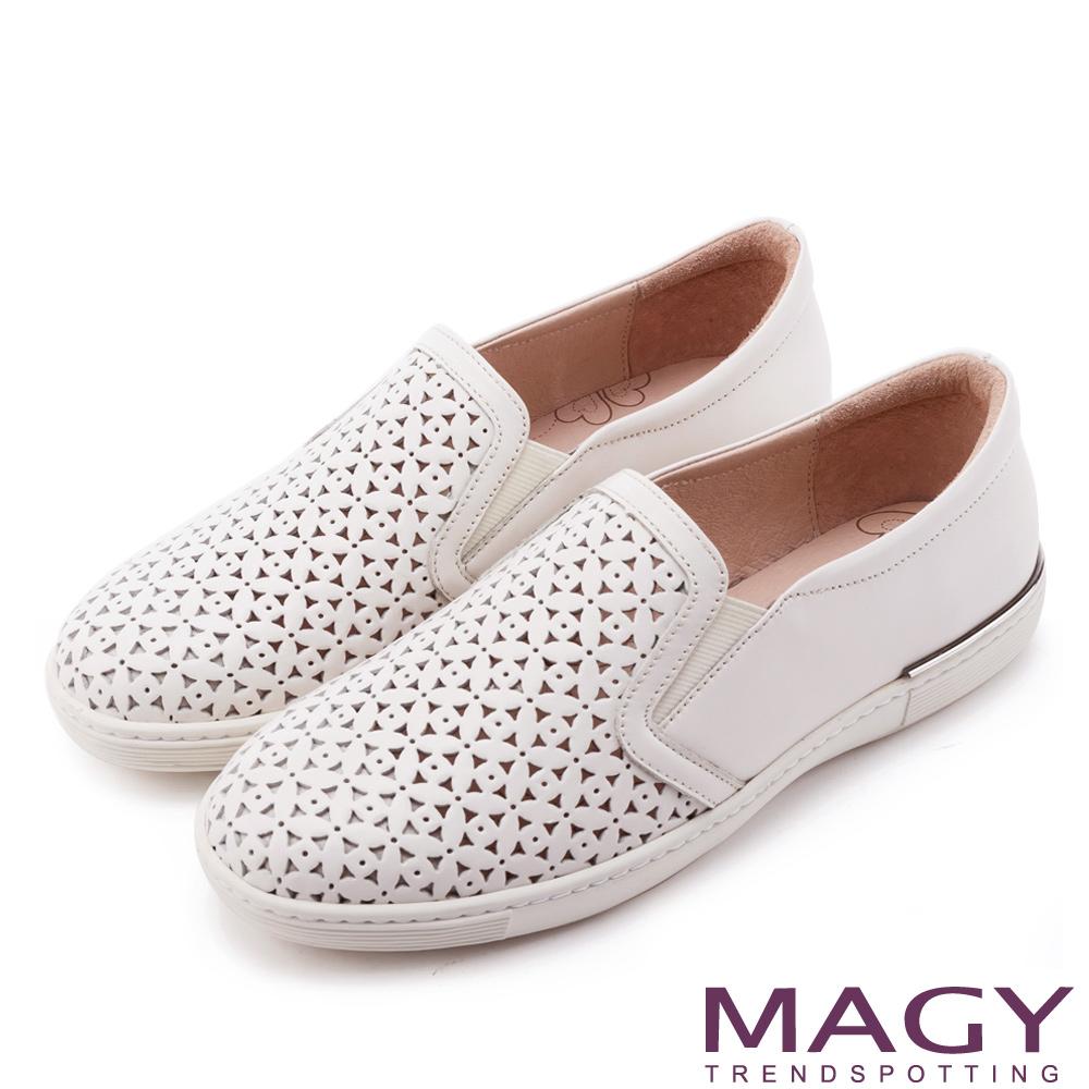 MAGY 輕甜休閒時尚 素面造型洞洞牛皮平底鞋-白色