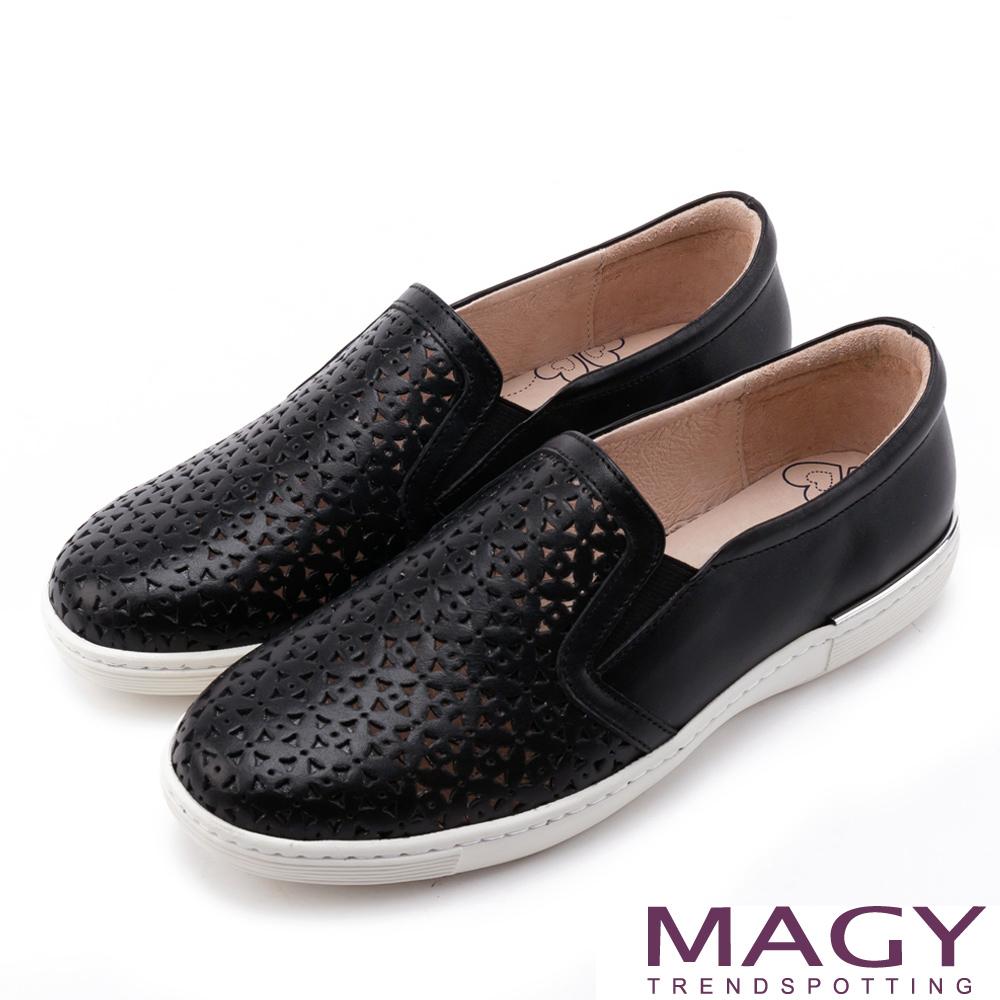 MAGY 輕甜休閒時尚 素面造型洞洞牛皮平底鞋-黑色