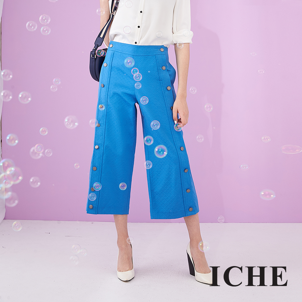 ICHE 衣哲 設計款側排釦立體織紋挺版直筒九分造型寬褲-藍