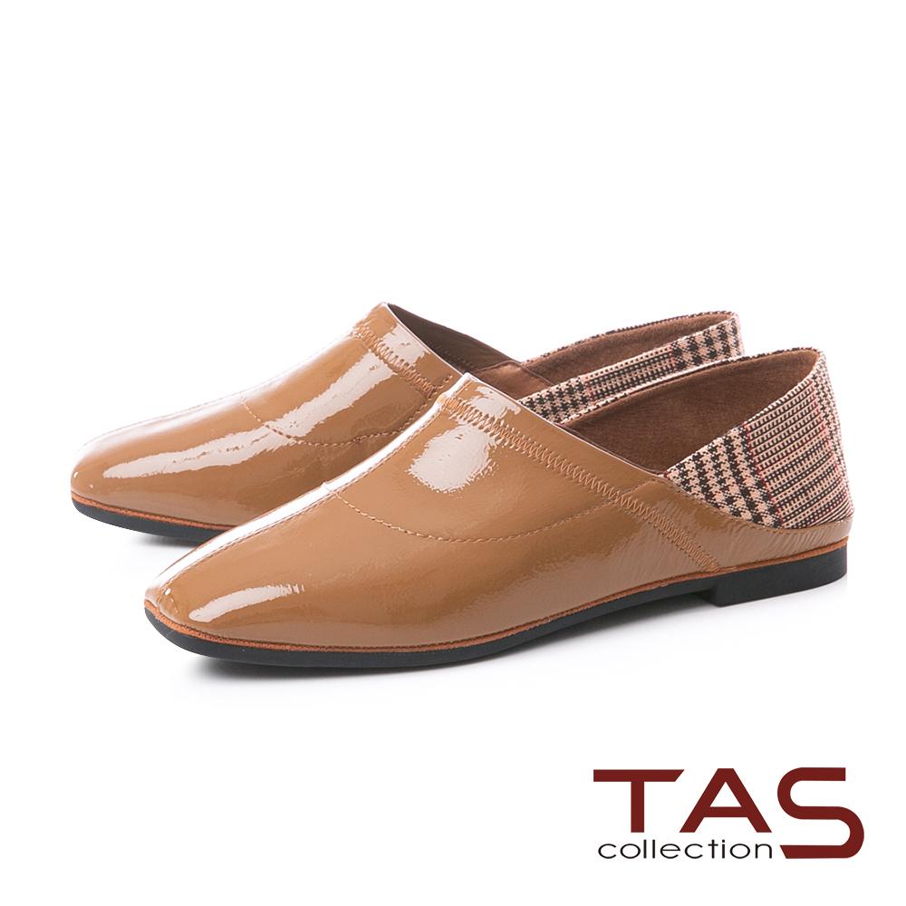 TAS質感格紋拼接漆皮後踩平底鞋-焦糖卡其