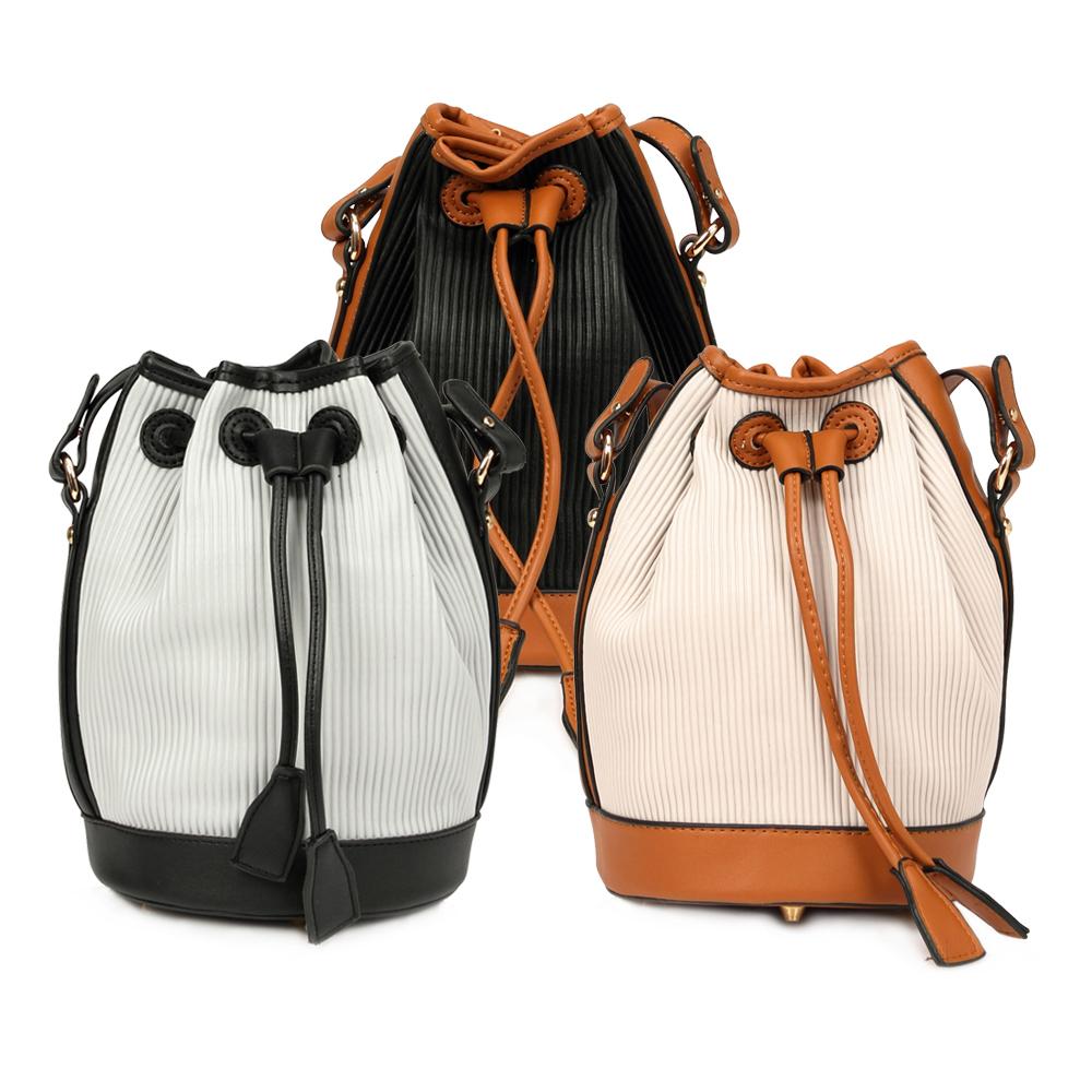 La Moda 條紋壓紋特殊材質斜背肩背水桶包(黑咖啡)