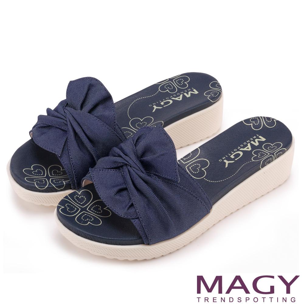 MAGY 夏日俏麗女孩 交叉抓皺設計感厚底拖鞋-藍色