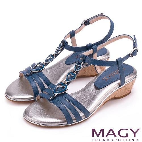 MAGY 時尚穿搭必備款 愛心串連羊皮楔型涼鞋-藍色
