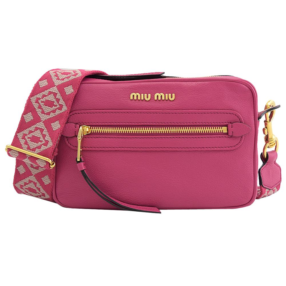 MIU MIU 浮雕LOGO山羊皮斜背小方包.桃紅